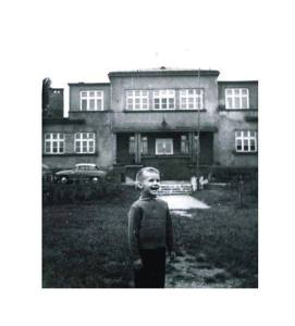 Miotacz Idei Promotorów Radosnego Ptaka na tle swojego przedszkola w Krakowie. 1964